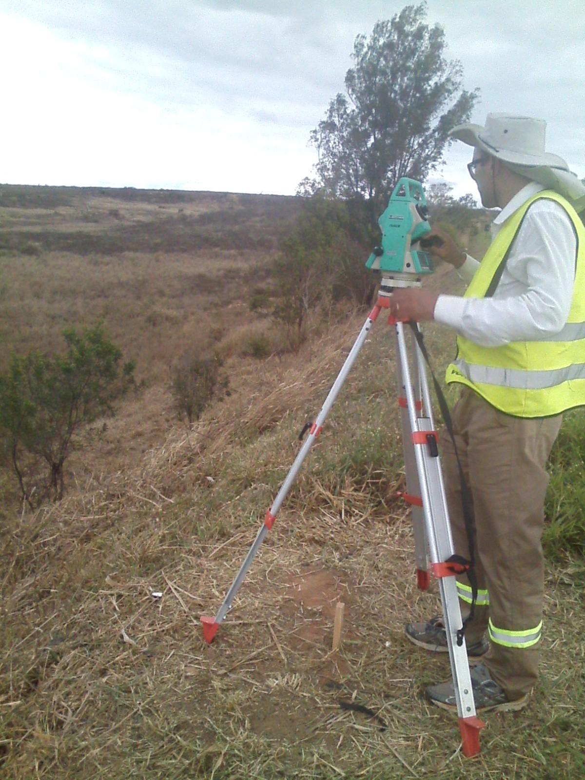 Rogério Azevedo utilizando aparelho  Estação Total para Georreferenciamento